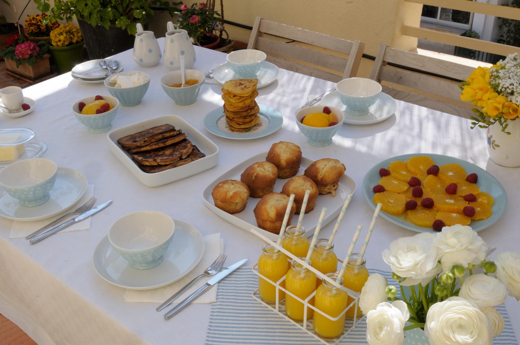 Un desayuno azul pan y rosas for Mesa desayuno
