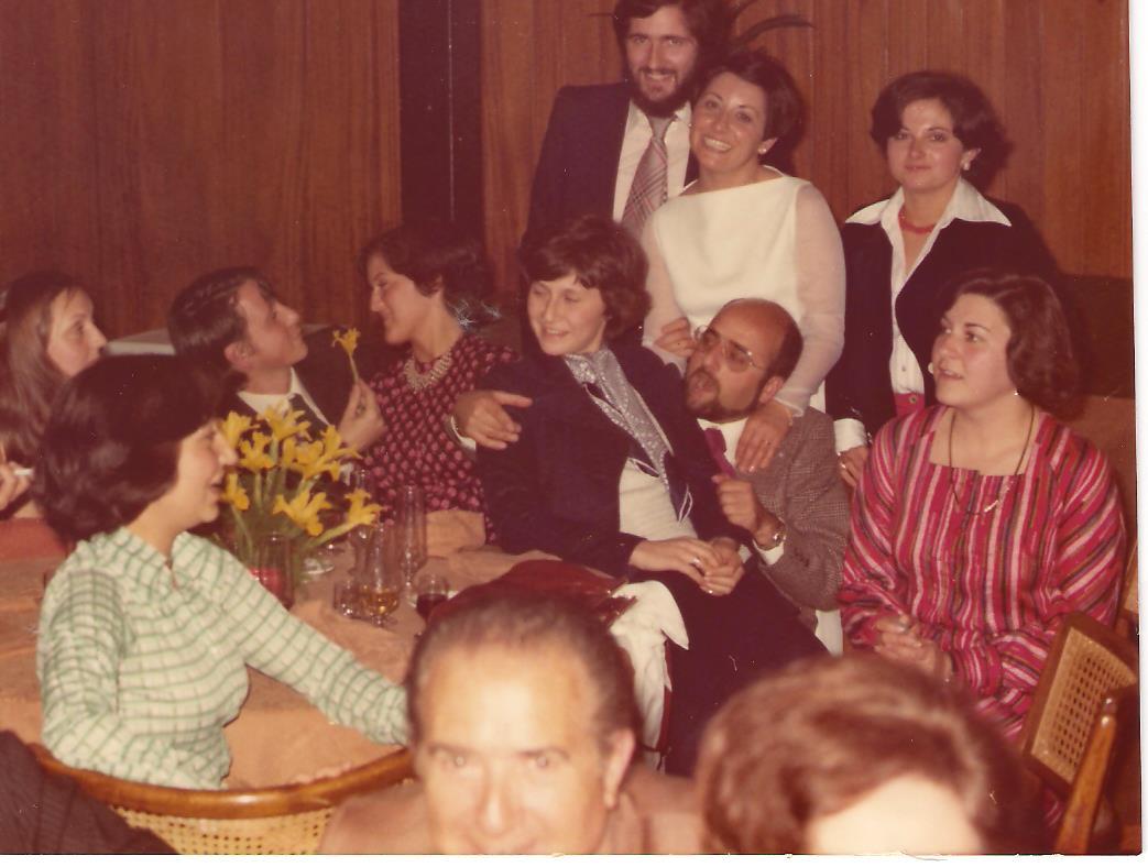 Inmaculada en la boda de Molly (Carmen Guillem), con amigos del Orfeón Universitario.