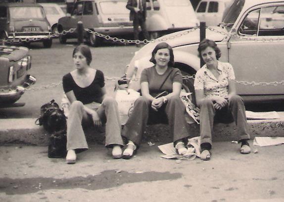 Inmaculada en París, 1973, con Rosa y Vicky.