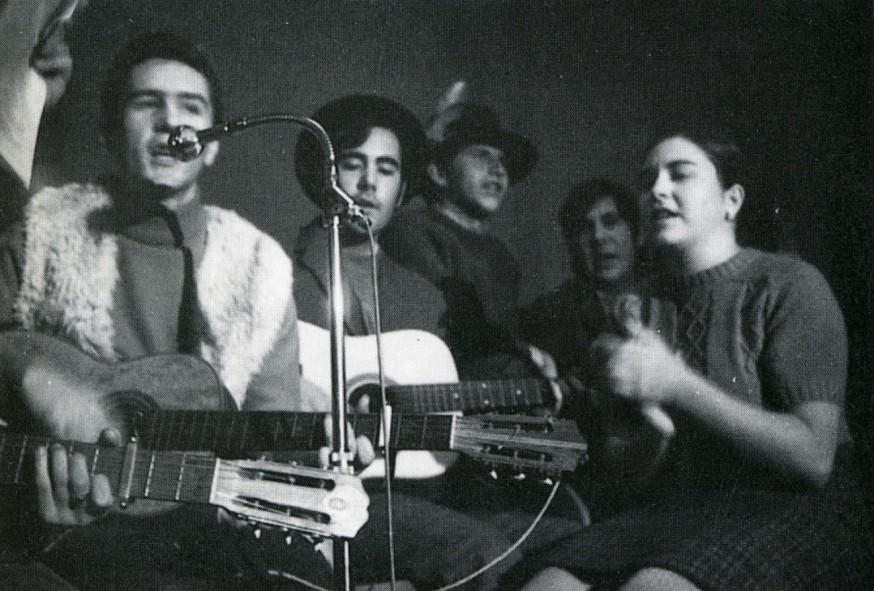 Inmaculada cantando con el Equip València Folk, 1970, con Vicent Torrent (guitarra, delante, y chaleco de pelliza) y Julio Bustamante (guitarra, detrás, con sombrero).