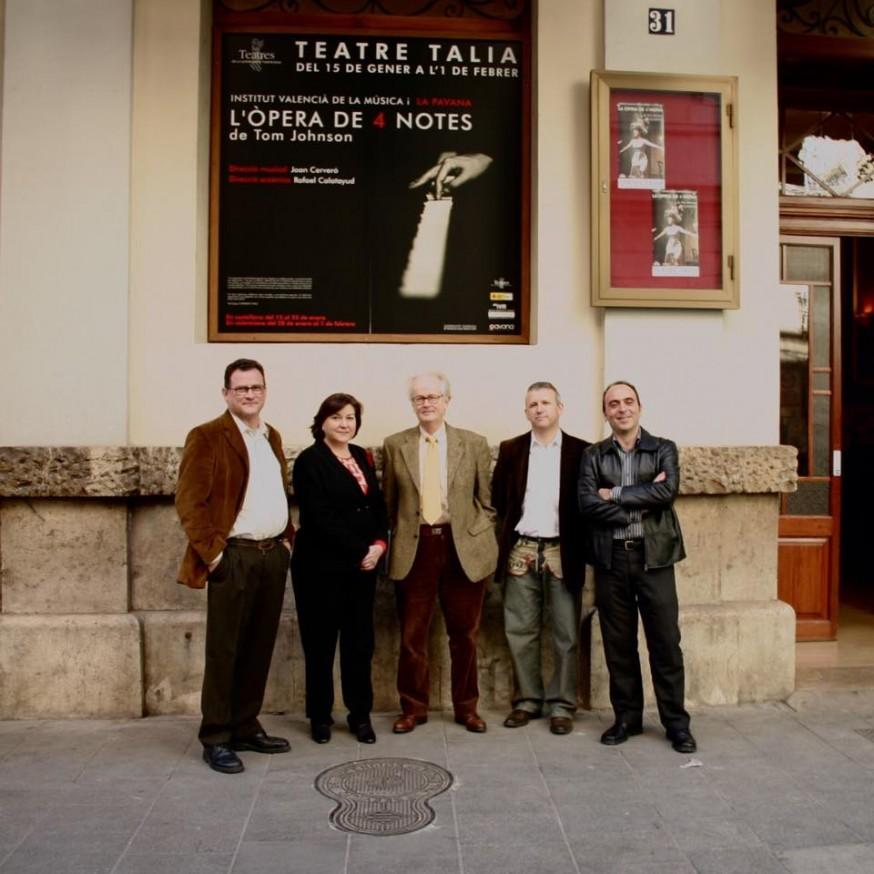 Inmaculada en el Teatre Talia en el estreno de L'òpera de 4 notes, en enero de 2004. Con Rafa Calatayud, Tom Johnson, Joan Cerveró y José Alberto Fuentes.