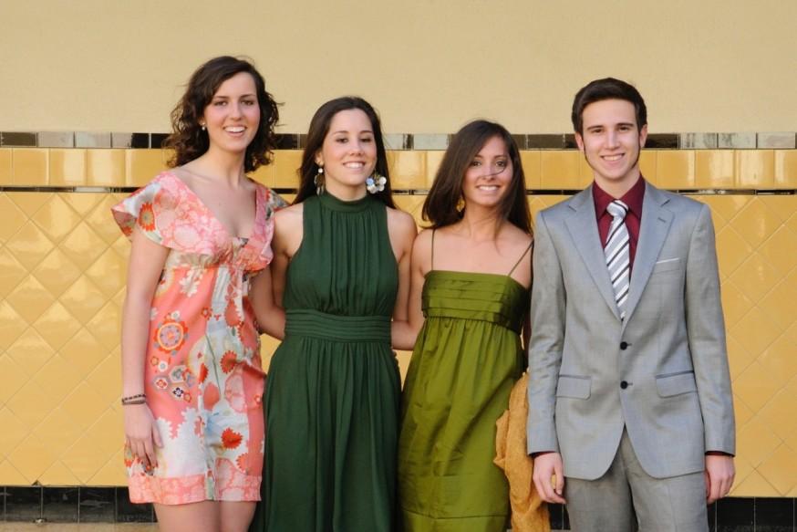 Macarena, Sara, Marina y Jaime el día de su graduación, en el patio del cole