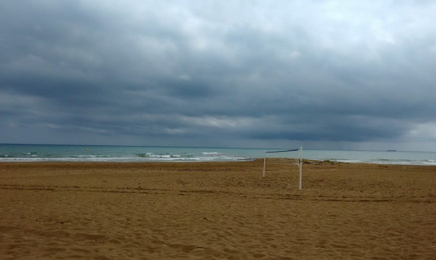 playa con tormenta