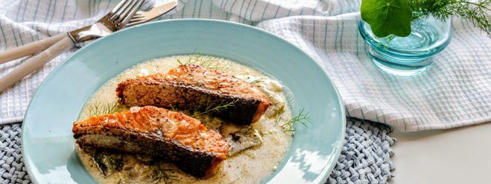 salmón con pepinillos
